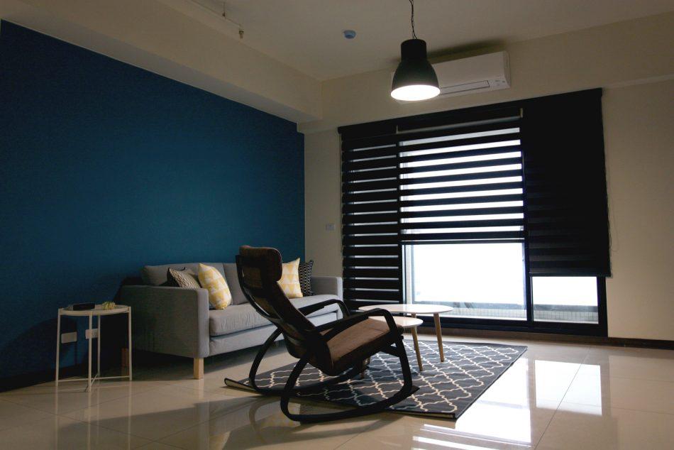 17030603a 950x634 - [案例] 藍與黑的色彩撞擊:設計一間高人氣絕美出租房(斑馬簾.捲簾.抱枕)