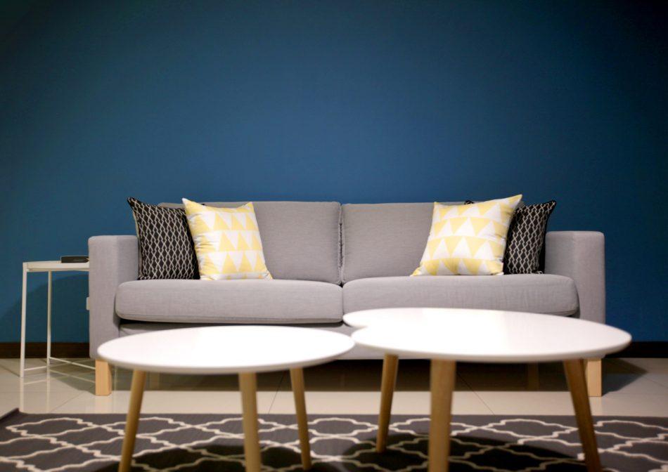 17030603d 950x672 - [案例] 藍與黑的色彩撞擊:設計一間高人氣絕美出租房(斑馬簾.捲簾.抱枕)