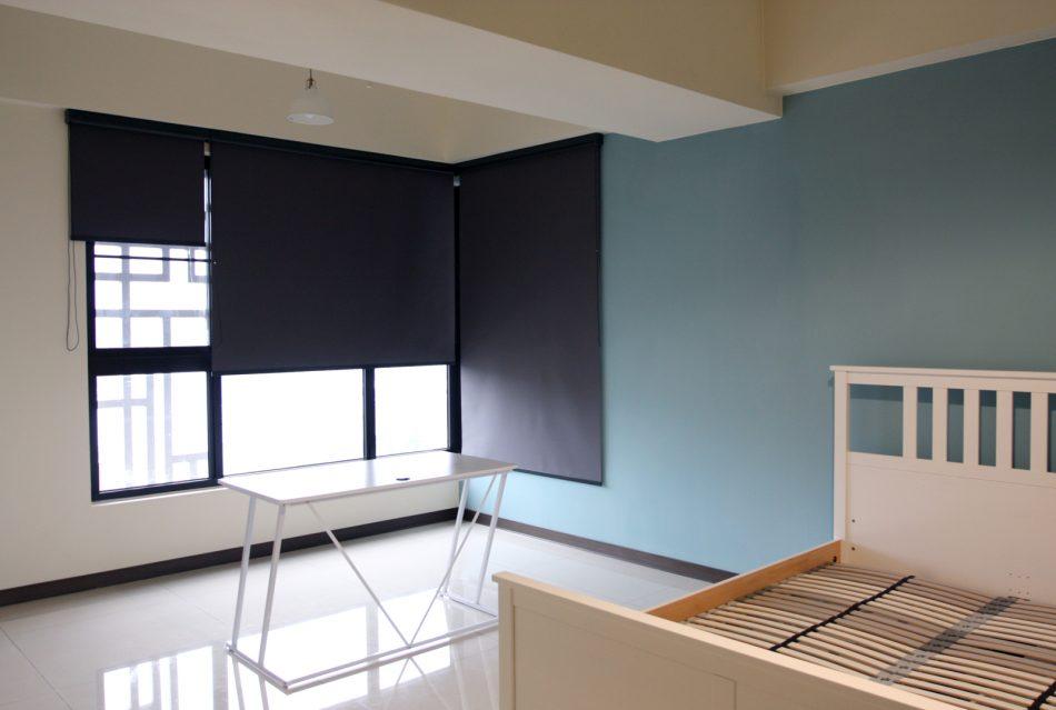 17030603f 950x639 - [案例] 藍與黑的色彩撞擊:設計一間高人氣絕美出租房(斑馬簾.捲簾.抱枕)
