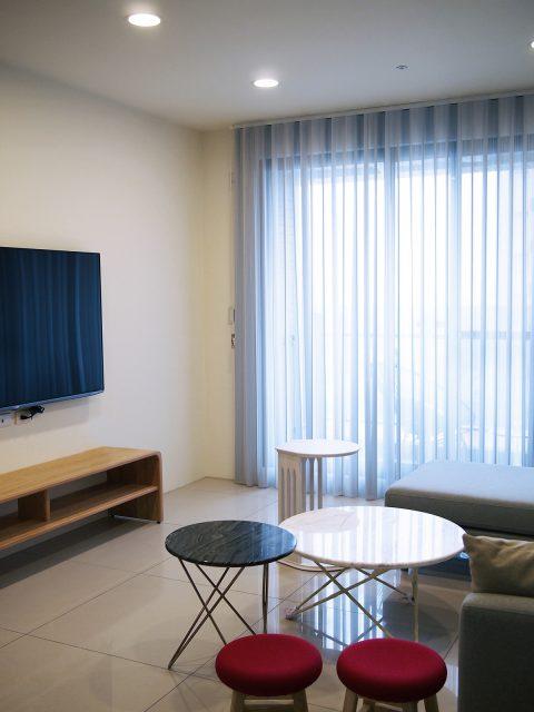 17011803 1 480x640 - [案例] 在家也像住在時尚旅宿 — 柔紗直立簾.斑馬簾.訂製布簾