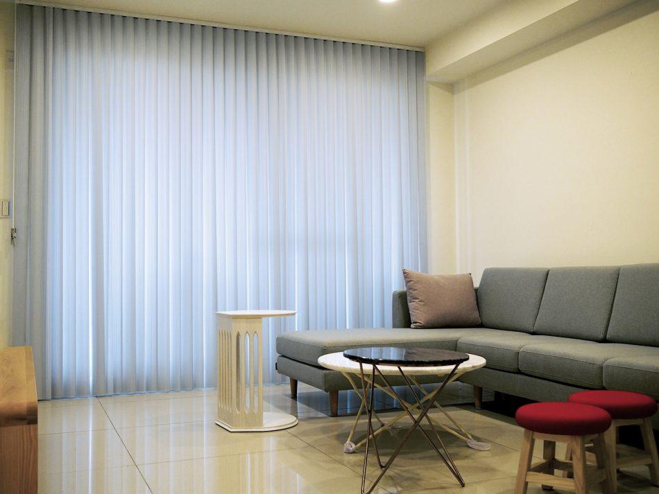 17011803b 1 950x713 - [案例] 在家也像住在時尚旅宿 — 柔紗直立簾.斑馬簾.訂製布簾