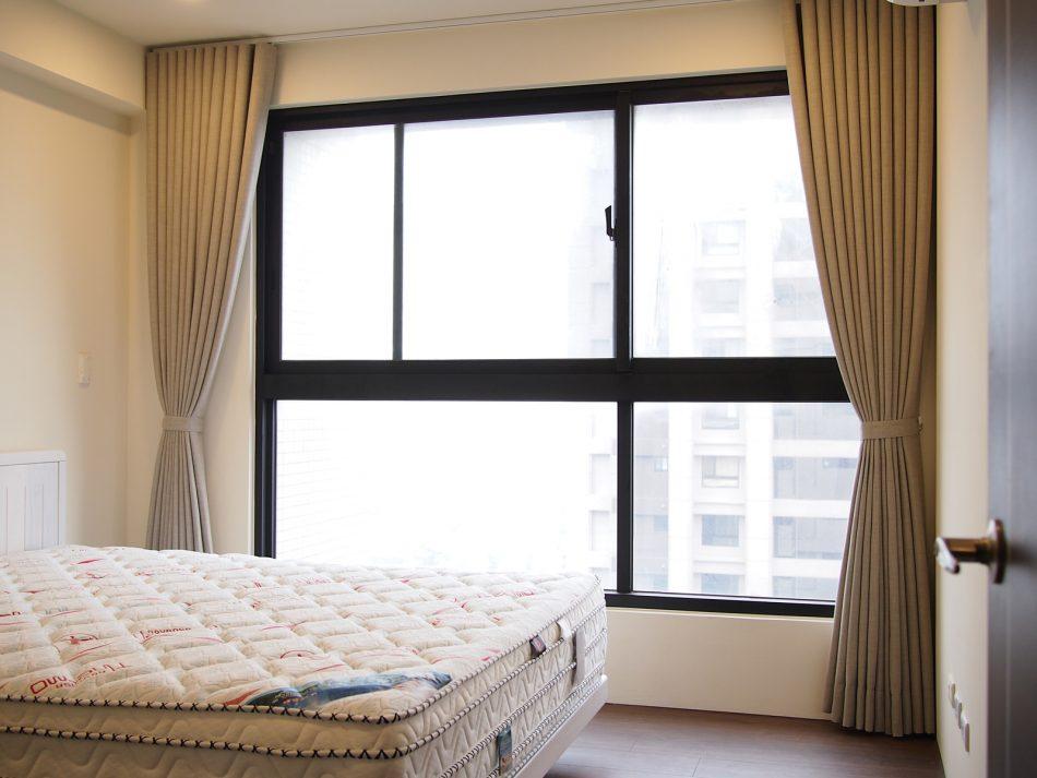 17011803d 1 950x713 - [案例] 在家也像住在時尚旅宿 — 柔紗直立簾.斑馬簾.訂製布簾