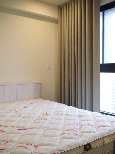 17011803e 1 480x640 - [案例] 在家也像住在時尚旅宿 — 柔紗直立簾.斑馬簾.訂製布簾