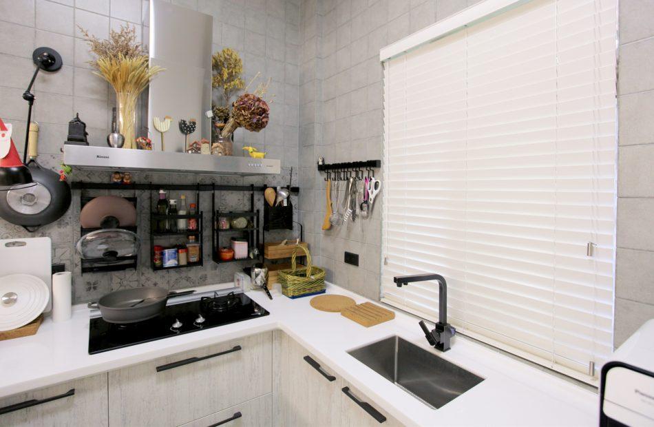 18022201 950x620 - [案例] 防潑水好清潔的風格廚房窗簾 -PVC仿木壓紋百葉簾