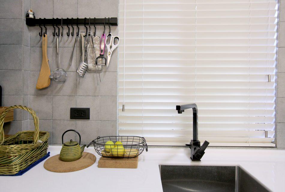 18022201a 950x641 - [案例] 防潑水好清潔的風格廚房窗簾 -PVC仿木壓紋百葉簾