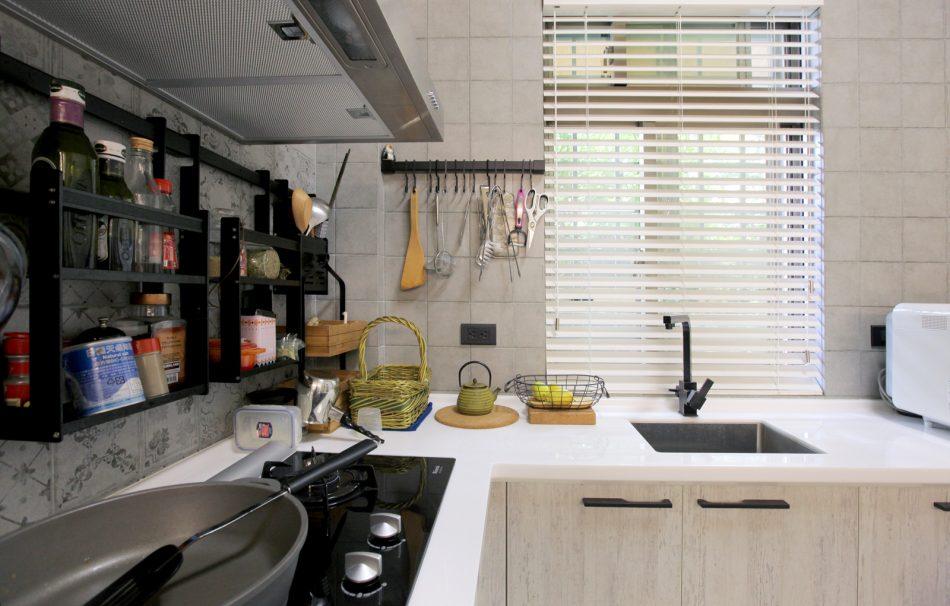 18022201b 950x606 - [案例] 防潑水好清潔的風格廚房窗簾 -PVC仿木壓紋百葉簾