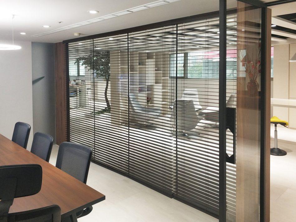 黑色窗簾, 隔間簾, 辦公室窗簾, 調光窗簾, 百葉窗簾, 玻璃隔間, 木百葉, 室內配色, 室內設計, 台中窗簾