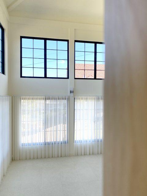 挑高設計 挑高客廳設計 柔紗直立簾 日光感 現代風 極簡風