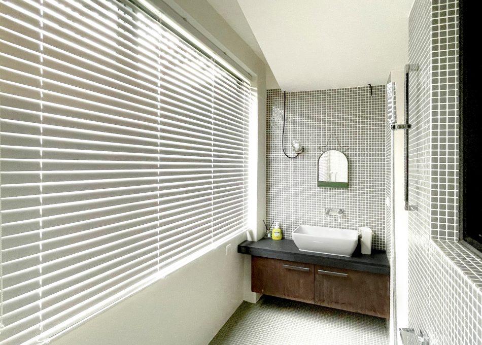浴室設計 鋁百葉 白色設計 防水窗簾 百葉簾