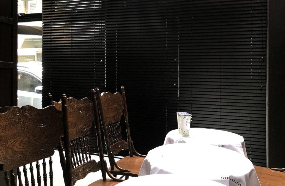 黑色設計, 黑色窗簾, 通風窗簾, 訂製窗簾, 落地窗, 百葉簾, 客廳設計, 客廳窗簾, 古典風