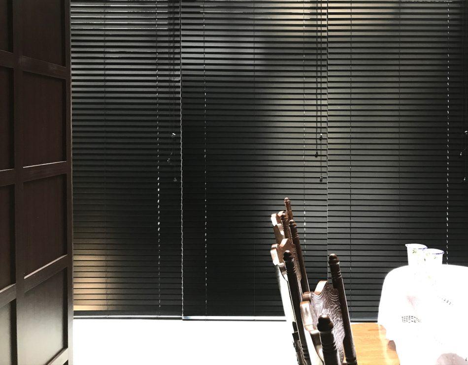 黑色設計 木百葉 古典風 客廳設計 落地窗 客廳窗簾